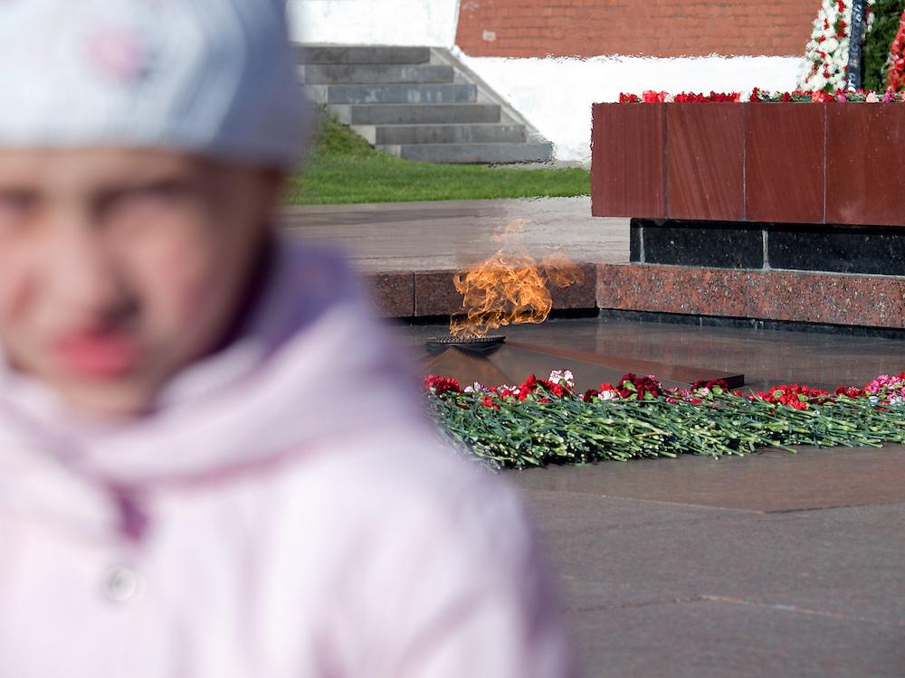 Kind vor der Flamme des Ewigen Feuers. An der Kremlmauer befindet sich das Grab des Unbekannten Soldaten, der dem Feind den Weg in die Hauptstadt versperrte und so in den Augen der Moskauer eine Heldentat vollbrachte. An seinem Grab brennt als Zeichen das Ewige Feuer.<br /> <br /> Child infront of the Tomb of the Unknown Soldier which was unveiled on May 8, 1967. The torch for the memorial's Eternal Flame was transported from Leningrad, where it had been lit from the Eternal Flame at the Field of Mars.