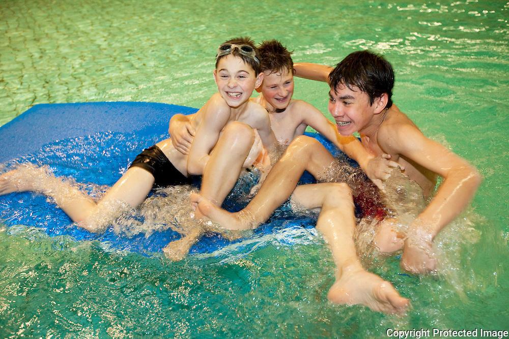 372989-door het druilweer tijdens de kerstvakantie is het aantal zwemmers toegenomen in zwembad pulderbos-liam en glenn van den bulck en olivier lie