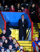 Fotball<br /> Premier League 2004/05<br /> Crystal Palace v Aston Villa<br /> 3. januar 2004<br /> Foto: Digitalsport<br /> NORWAY ONLY<br /> Simon Jordan (Palace Chairman) watches the game from his usual position,on the steps of the Directors box