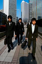 Jovens executivos caminhando no centro de Tókio. FOTO:Jefferson Bernardes/Preview.com