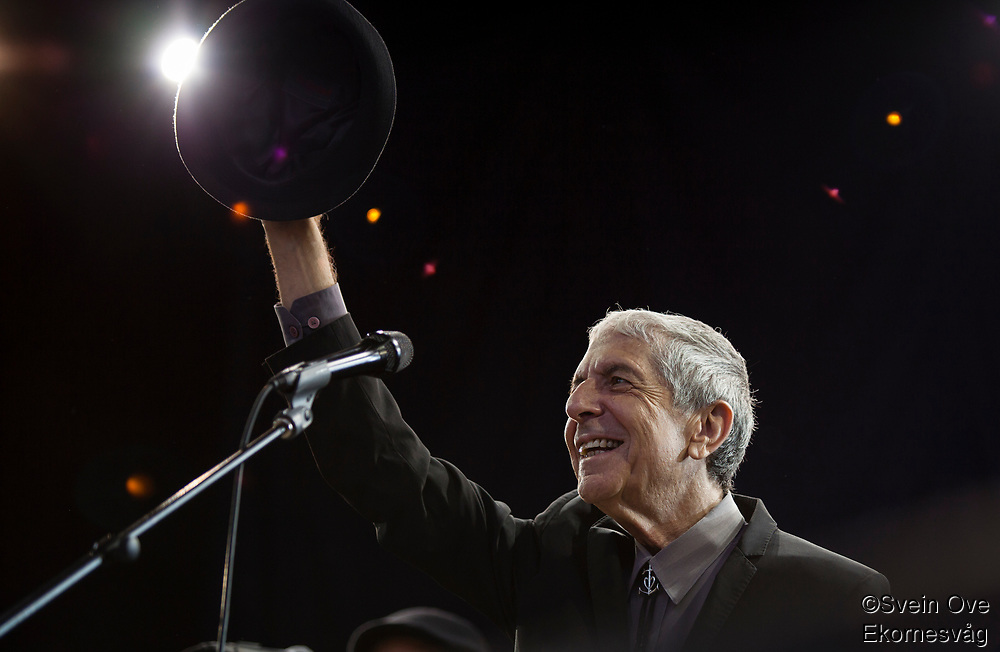 Leonard Cohen greets the audience in Molde when he enters the stage for his concert at Moldejazz 2009.<br />