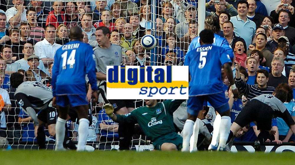 Photo: Ed Godden.<br />Chelsea v Everton. The Barclays Premiership. 17/04/2006.<br />Chaos in the Everton area as they manage to keep out a goal-bound free kick.