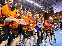 02-06-2011 HANDBAL: BEKERFINALE HURRY UP - O EN E: ALMERE<br /> Het team van Kremer Hurry Up staat klaar om de beker in ontvangst te nemen<br /> ©2011-FotoHoogendoorn.nl / Peter Schalk