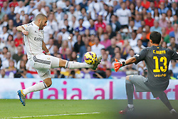 25.10.2014, Estadio Santiago Bernabeu, Madrid, ESP, Primera Division, Real Madrid vs FC Barcelona, 9. Runde, im Bild Real Madrid´s Karim Benzema (L) and Barcelona´s goalkeeper Bravo // during the Spanish Primera Division 9th round match between Real Madrid CF and FC Barcelona at the Estadio Santiago Bernabeu in Madrid, Spain <br /> <br /> ***** NETHERLANDS ONLY *****