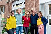 Opening van de mensologen recruitment agency in de Hallen, Amsterdam, samen medewerkers en directieleden van Arkin en de ambassadeurs Wim Kieft, Heleen van Royen, Sofie van den Enk, Glenn Helder en Lisa Brammer. De agency is voor iedereen toegankelijk; voor gz-professionals die willen weten hoe het is om bij Arkin te werken. De 13 ambassadeurs hebben hiervoor een podcastserie Specialisme Mens opgenomen.<br /> <br /> Op de foto:  Wim Kieft, Heleen van Royen, Sofie van den Enk, Glenn Helder en Lisa Brammer
