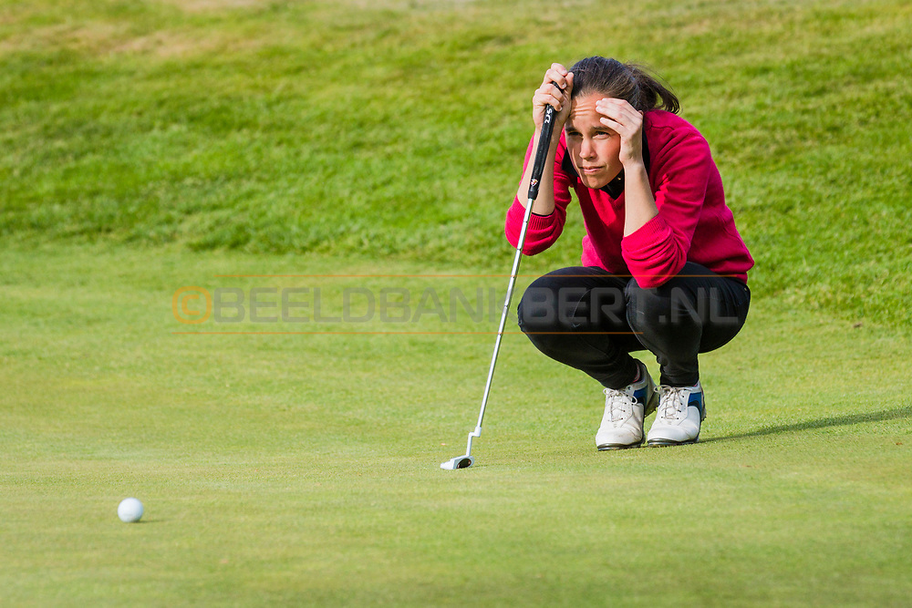 17-05-2015 NGF Competitie 2015, Hoofdklasse Heren - Dames Standaard - Finale, Golfsocieteit De Lage Vuursche, Den Dolder, Nederland. 17 mei. Dames Noordwijkse: Myrte Eikenaar tijdens de singles.