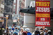 Amerika, San Francisco, 01-09-2018<br /> In San Francisco verkondigt een man met een groot bord het geloof. Op het bord staat: Trust Jesus. Forgiveness is wonderful. <br /> <br /> In San Francisco a man proclaims the faith.<br /> Foto: Bas de Meijer / De Beeldunie