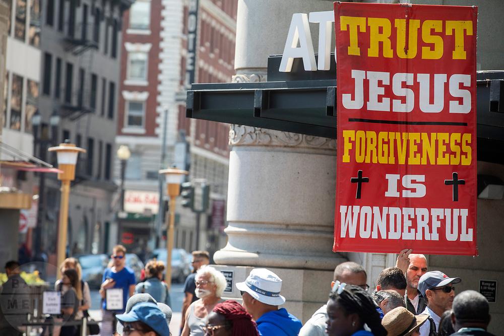 Amerika, San Francisco, 01-09-2018<br /> In San Francisco verkondigt een man met een groot bord het geloof. Op het bord staat: Trust Jesus. Forgiveness is wonderful. <br /> <br /> In San Francisco a man proclaims the faith.<br /> Foto: Bas de Meijer / De Beeldunie