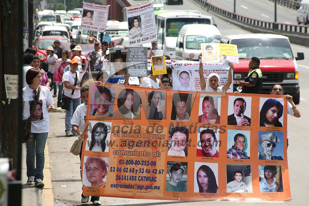 Coacalco, Mex.- Familiares de personas desaparecidas en el Estado de México realizaron una marcha sobre el Boulevard Coacalco con dirección a la subprocuraduría mexiquense en Tultitlán, y exigieron que se les de atención a los trabajos de investigación de los desaparecidos. Agencia MVT / Juan García. (DIGITAL)<br /> <br /> NO ARCHIVAR - NO ARCHIVE