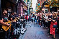 République d'Irlande, Dublin, quartier de Temple Bar, musiciens devant le pub Dame Tavern // Republic of Ireland; Dublin, the touristic Temple Bar area, musicians at Dame Tavern pub