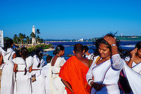 Sri Lanka, province du sud, district de Galle, Galle, Vieille ville classée patrimoine mondial de l'UNESCO, femmes sri lankaises marchant sur les remparts du fort, phare dans le fort // Sri Lanka, Southern Province, South Coast beach, Galle, old town, Dutch fort, UNESCO World Heritage site, Lighthouse and sri lankan women on the rampart