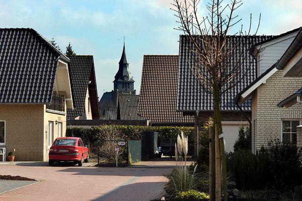 Duitsland, Kranenburg, 10-3-2005..In de nieuwbouw wijk Richter Gut in het stadje Kranenburg, op 15 km van Nijmegen, wonen 80 % Nederlanders. Er staan enkele honderden nieuwe huizen. ..nederlandse makelaars zijn aktief in deze markt. Duitsers klagen over de gebrekkige integratie, deelname aan het maatschappelijke en sociale leven, van de Hollanders. Integreren. Verschillenden hebben hun huis alweer verkocht en zijn teruggegaan. Ook vinden er nogal wat echtscheidingen plaats. Spijtoptanten.Grondprijs, kavel, bouwkavel en het bouwen van een huis zijn goedkoper als in Nederland. Emigranten, emigratie. Wonen in Duitsland. Grensstreek, woningmarkt, koophuis..Foto: Flip Franssen/Hollandse Hoogte
