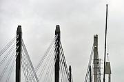 Nederland, Ewijk, 13-2-2014De top van de pylon van het oude deel van de Tacitusbrug over de A50 wordt eraf gehaald om de tuien te kunnen spannen. Dit gebeurd in het kader van het onderhoud aan de brug en de opvijzeling met 1 meter. Het hoedje wordt afgenomen.Wegverbreding van de A50 tussen de knooppunten Ewijk en Valburg. Onderdeel van deze wegverbreding is de bouw van een extra brug over Waal. De A 50 tussen knooppunt Valburg, Grijsoord en Ewijk is een van de grootste knelpunten in het wegennet op dit moment. Als het groot onderhoud aan dit deel klaar is moet het fileknelpunt opgelost zijn.Foto: Flip Franssen/Hollandse Hoogte