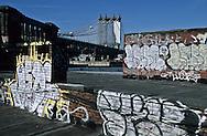 New York. Brooklyn. land art on the roof top .  and renovation of Dumbo area, artist leaving under bridges  Brooklyn New York  Usa  and renovation of Dumbo area, artist leaving under bridges   /  land art. sur les toits des ateliers d'artistes. Dumbo, quartier des docks en rénovation et occupes par les artistes sous les ponts de Manhattan et de Brooklyn   Brooklyn New York  Usa