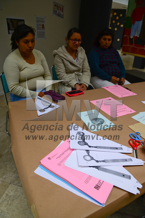 Toluca, México.- Un taller de igualdad de genero es impartido en el Museo de Arte Moderno, a todos los visitantes del lugar antes de pasar a las salas se les da una pequeña platica sobre e este tema.  Agencia MVT / Crisanta Espinosa