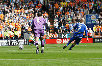 Photo: Steve Bond/Richard Lane Photography. <br />Leicester City v Sheffield Wednesday. Coca-Cola Championship. 26/04/2008. Iain Hume (R) slots the ball into the net. keeper Lee Grant cannot get near