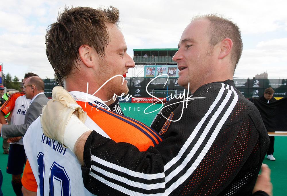 Topscorer Taeke Taekema (l) en de beste keeper van het toernooi, Guus Vogels, omhelzen elkaar na de gewonnen finale.