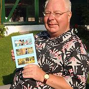 van Limburg Stirumlaan 6 Huizen schrijver Alwin Bouwman met Centerparcs boekje Als de kinderen het maar naar hun zin hebben
