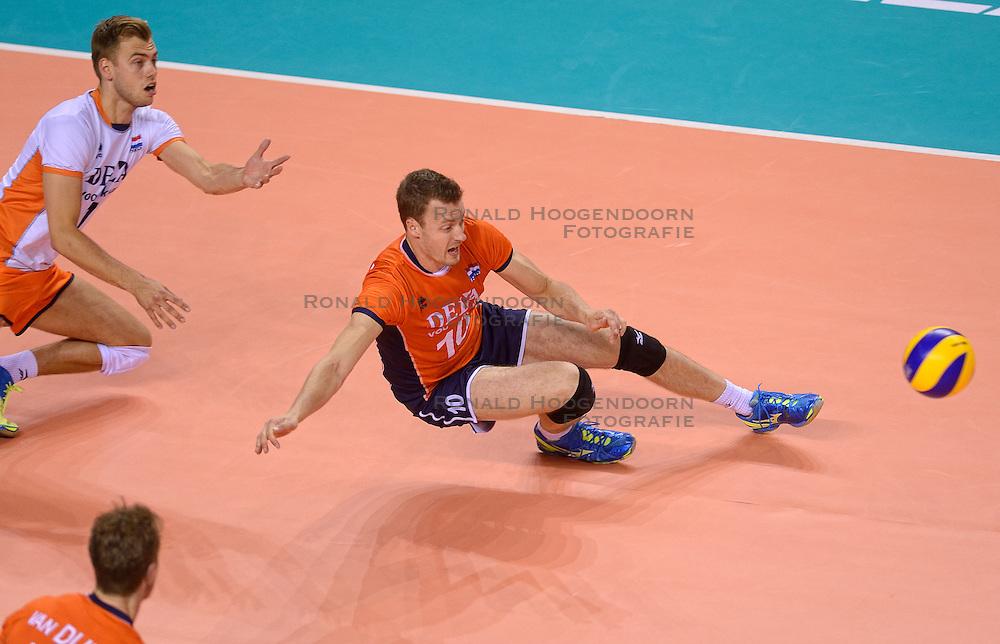 20150614 NED: World League Nederland - Finland, Almere<br /> De Nederlandse volleyballers hebben in de World League ook hun tweede duel met Finland gewonnen. Na de 3-0 zege van zaterdag werd zondag in Almere met 3-1 (22-25, 25-20, 25-13, 25-19) gewonnen / Gijs Jorna #7, Jeroen Rauwerdink #10
