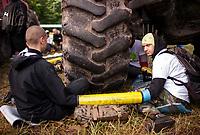 13.06.2017 wies Postolowo Puszcza Bialowieska Aktywisci z Greenpeace i Fundacji Dzika Polska zablokowali po raz czwarty wyjazd maszyn harvester do pracy w lesie . W protescie bierze udzial ok 40 osob , w tym 9 z zagranicy , glownie z Czech N/z aktywisci przykuci do ciezkiego sprzetu fot Michal Kosc / AGENCJA WSCHOD