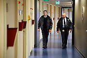 Nederland, Nijmegen, 9-2-2009Beveiligingsmedewerkers van het Radboud maken een ronde door het gebouw vrouw en kindFoto: Flip Franssen Editie: Nijmegen