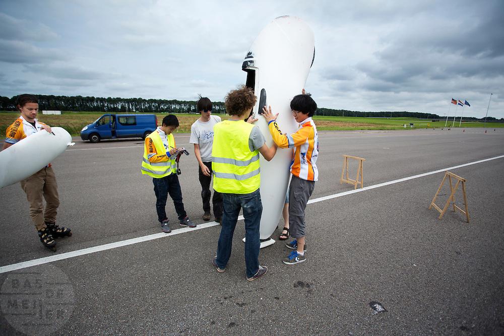 Na afloop van de weerstandsmeting wordt de VeloX2 met Jan Bos gewogen. Het Human Power Team Delft en Amsterdam (HPT) traint op de RDW baan in Lelystad met de VeloX2 voor de recordpoging in september. Het HPT hoopt dan in Amerika meer dan 133 km/h te rijden over 200 meter.<br /> <br /> The VeloX2 is weighted with rider Jan Bos after a performance test. Human Powered Team Delft and Amsterdam (HPT) is training at the RDW test track in Lelystad with the VeloX2 for the record attempt in september.
