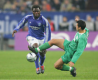 Fotball, 25. november 2004, UEFA-Cup FC Schalke 04 - Ferencvaros Budapest<br /> v.l. Gerald ASAMOAH Schalke, Gabor ZAVADSZKY