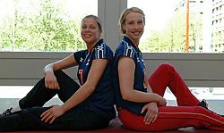 12-05-2005 VOLLEYBAL: TEAMPRESENTATIE: AMSTELVEEN<br /> Elles Leferink en Elke van Wijnhoven<br /> ©2005-WWW.FOTOHOOGENDOORN