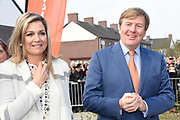 Koning Willem-Alexander en koningin Maxima bij basisschool De Vijfmaster tijdens de jaarlijkse Koningsspelen. //// King Willem-Alexander and Queen Maxima at elementary school De Fivemaster during the annual Royal Games.<br /> <br /> Op de foto / On the photo: Koning Willem-Alexander en koningin Maxima
