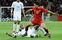 Joao Moutinho (POR) gegen Mehmet Aurelio (TUR). © Manu Friederich/EQ Images