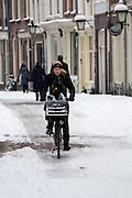 Een fietser rijdt over een glad wegdek in de Haverstraat in Utrecht.<br /> <br /> A cyclist is riding on a slippery road at the Haverstraat in Utrecht.