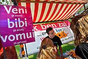 Nederland, Nijmegen, 24-8-2011Eerstejaars studenten aan de hogeschool Arnhem Nijmegen, HAN, hebben een introductieweek. Onderdeel hiervan is de introductiemarkt. Hier staan o.a. studentenverenigingen, uitzendbureaus en banken. Veel scholieren kiezen voor een voortgezette studie aan universiteit of hogeschool vanwege de onzekere arbeidsmarkt. Stand van Iriszorg tegen alkoholmisbruik.Foto: Flip Franssen/Hollandse Hoogte
