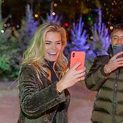 NLD/Amsterdam/20181016 - Presentatie in de Sneeuw, Nicolette van Dam in de sneeuw maakt een filmpje voor haar vlog kanaal
