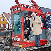NLD/Huizen/20110115 - 1e Paal geslagen Fletcher Hotel Huizen door Petra Hartskamp en eigenaar Chris Luken