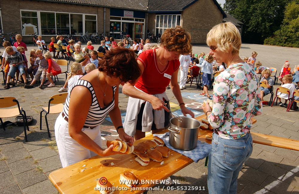 Kinderen van den Brugghenschool krijgen worst tussen de middag, lunch