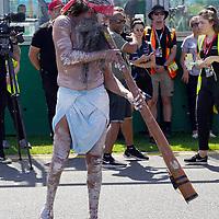 11.03.2020, Albert-Park, Melbourne, FORMULA 1 ROLEX AUSTRALIAN GRAND PRIX 2020<br />  , im Bild<br /> Ein Aborigines (Ureinwohner Australiens) mit einem Didgeridoo vertreibt die bösen Geister von der Rennstrecke.<br /> <br /> Foto © nordphoto / Bratic
