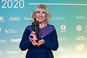 Uitreiking van de Edison Pop 2020 prijzen in de Gashouder op de Westergasfabriek.<br /> <br /> Op de foto:  Willeke Alberti met haar Edison Oeuvre Award samen met Dinand Woesthoff