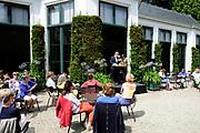 De succesvolle expositie 'Beeld van Beatrix' is vanaf 12 juli 2013 te zien bij Paleis Soestdijk. De 68 bijzondere werken waren voorheen bij Paleis Het Loo tentoongesteld ter gelegenheid van de 75ste verjaardag van koningin Beatrix<br /> <br /> The successful exhibition 'Image of Beatrix' is from July 12, 2013 on display at the Royal Palace Soestdijk The 68 special works were previously exhibited at  Palace Het Loo on the occasion of the 75th birthday of Queen Beatrix<br /> <br /> Op de foto / On the photo:  Orangerie