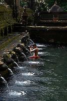 Indonesie, Ile de Bali, Bains publics sacres au temple de Tirta Empul dans les environs d'Ubud // Indonesia, Bali island, sacred public bath at the Tirta Empul temple, near Ubud village