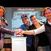NLD/Hilversum/20120507 - Top40 Hitdossier, Erik de Zwart, Gers Pardoel, Jody Bernal en Jeroen Nieuwenhuizen drukken op de rode knop om de vernieuwde site te activeren