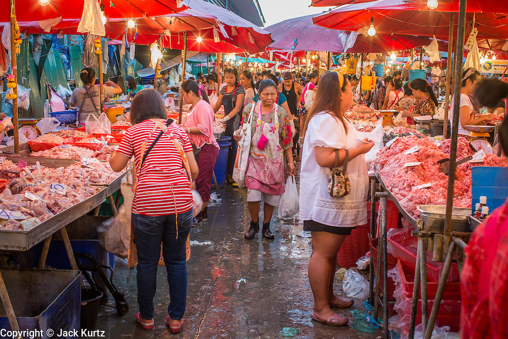 """03 OCTOBER 2012 - BANGKOK, THAILAND:    Shoppers in Khlong Toey Market in Bangkok. Khlong Toey (also called Khlong Toei) Market is one of the largest """"wet markets"""" in Thailand. Thousands of people shop in the sprawling market for fresh fruits and vegetables as well meat, fish and poultry every day.      PHOTO BY JACK KURTZ"""