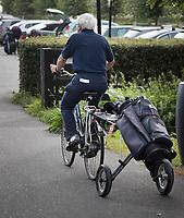 AMSTELVEEN - Golfcentrum Amsteldijk. Golfer met golftas achter de fiets. COPYRIGHT KOEN SUYK