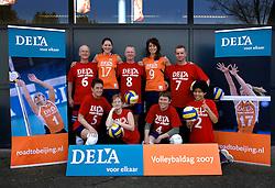 01-04-2007 VOLLEYBAL: DELA VOLLEYBALDAG: EINDHOVEN<br /> In de Eindhovense Indoor Sportcentrum beleefde de medewerkers van hoofdsponsor DELA een clinic en volleybaldag met het Nederlandse damesvolleybalteam / Dela Teamfoto<br /> ©2007-WWW.FOTOHOOGENDOORN.NL