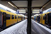 Treinen staan stil op Utrecht CS, zonder dat duidelijk is of en waarheen de trein gaat rijden. Ondanks alle voorzorgsmaatregelen met een speciale dienstregeling, lukt het de NS en ProRail niet om de treinen vanuit Utrecht goed te laten rijden.<br /> <br /> Trains are standing still on a platform at Utrecht CS.  In spite of al the precautions the Dutch railways are having a lot of problems with the snowfall this winter.