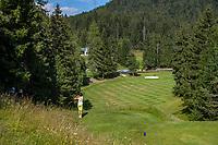 SEEFELD Tirol   Oostenrijk,  - tee hole 18 met de green heel laag beneden. Golfclub Seefeld Wildmoos.    COPYRIGHT KOEN SUYK