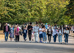 © Licensed to London News Pictures. 19/09/2020. London, UK. Large groups of walkers enjoy the warm sunshine as Police patrol Hyde Park in London on the first weekend of the Rule of Six where gatherings of over six people have now been banned by the Government after a spike in coronavirus cases. Prime Minister Boris Johnson announced yesterday that the UK was heading for a second wave with the North East already under lockdown.  Photo credit: Alex Lentati/LNP