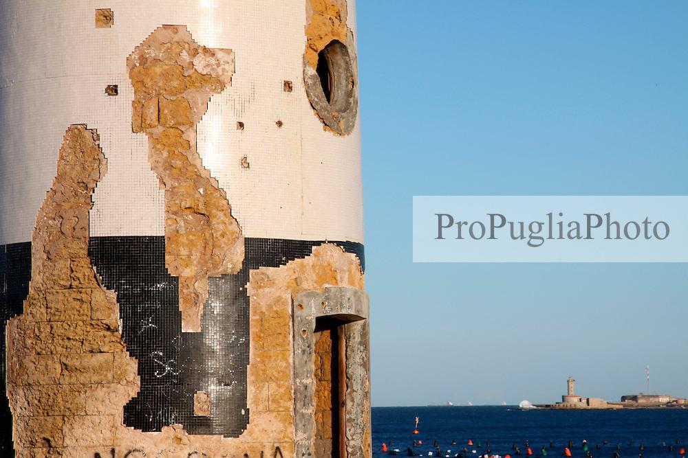 """08/03/2009 Brindisi Diga di Punta Riso in primo piano il """"Vecchio Faro"""" , sullo sfondo il faro dell'isola delle Pedagne"""