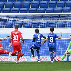 Tor zum 1:0: Ihlas Bebou (Hoffenheim) trifft gegen Torwart Moritz Nicolas (Union Berlin, r.) und Neven Subotic (Union Berlin, l).<br /> <br /> Sport: Fussball: 1. Bundesliga: Saison 19/20: 33. Spieltag: TSG 1899 Hoffenheim - 1. FC Union Berlin, 20.06.2020<br /> <br /> Foto: Markus Gilliar/GES/POOL/PIX-Sportfotos<br /> <br /> Foto © PIX-Sportfotos *** Foto ist honorarpflichtig! *** Auf Anfrage in hoeherer Qualitaet/Aufloesung. Belegexemplar erbeten. Veroeffentlichung ausschliesslich fuer journalistisch-publizistische Zwecke. For editorial use only. DFL regulations prohibit any use of photographs as image sequences and/or quasi-video.