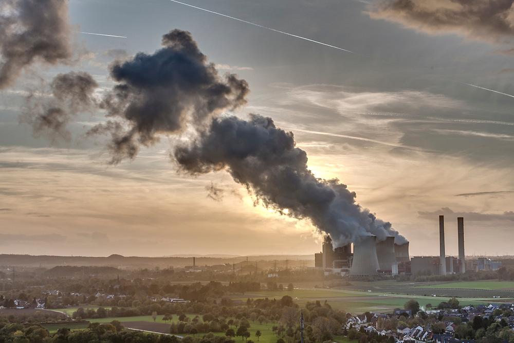 Eschweiler, DEU, 30.10.2017<br /> <br /> Das Braunkohlekraftwerk Weisweiler ist ein von der RWE AG mit Braunkohle betriebenes Grundlastkraftwerk in Eschweiler (Staedteregion Aachen) im Rheinischen Braunkohlerevier.<br /> <br /> The Weisweiler lignite-fired power plant is a base load power plant operated by RWE AG in Eschweiler (Aachen city region) in the Rhenish lignite district.<br /> <br /> Foto: Bernd Lauter/berndlauter.com