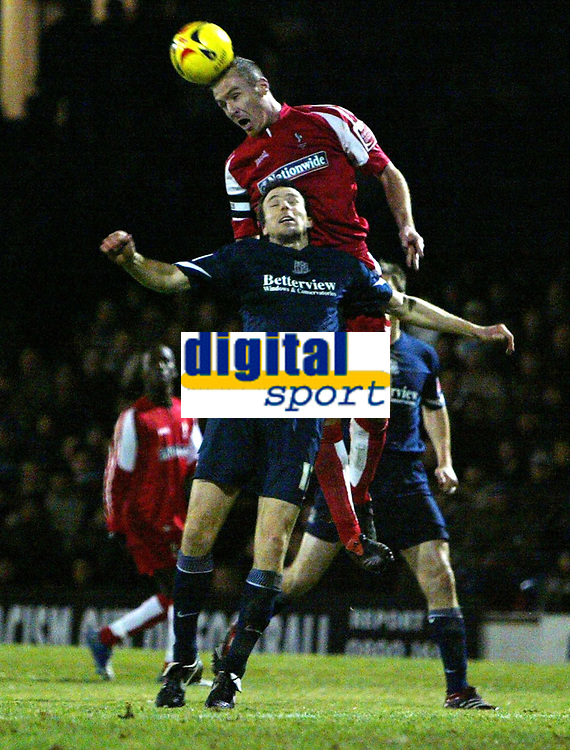 Photo: Chris Ratcliffe.<br /> Southend United v Swindon Town. Coca Cola League 1. 27/01/2006.<br /> Mark Bentley (L) of Southend and Sean O'Hanlon of Swindon tussle for the ball